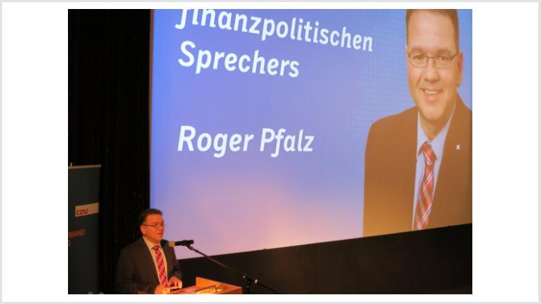 Roger Pfalz referierte über das von Rot-Grün erwirtschaftete strukturelle Defizit und die schwierige Haushaltslage der Universitätstadt Marburg