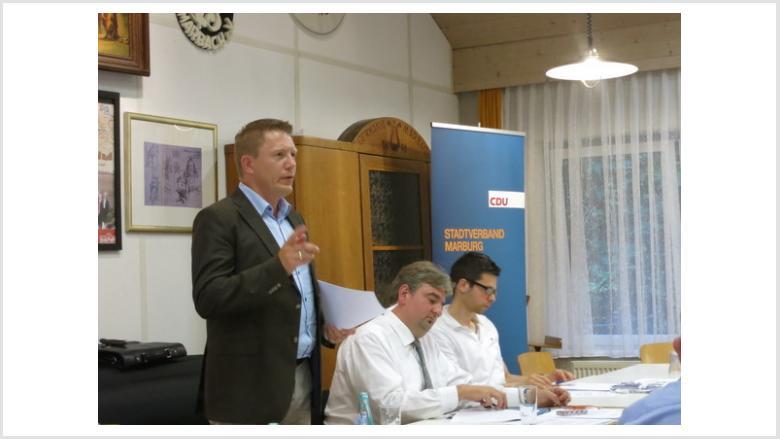 Dirk Bamberger berichtete über das Marburger Haushaltsloch und das Machtvakuum im Marburger Stadtparlament.